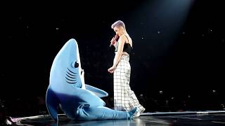 Katy Perry – talking with left shark (Live @ Ziggo Dome, Amsterdam 26 may 2018)