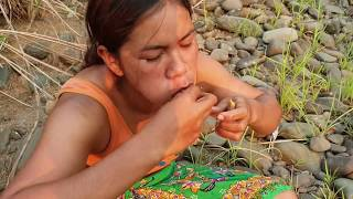 Survival skills:find small in intestine pig  by hand  - burn  eating delicious #26