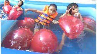 Bé Tắm Cùng Bóng Bay Nước Khổng Lồ Trong Chiếc Phao Bơi Khổng Lồ*_*Baby channel.