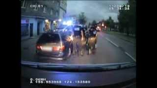 Pakaļdzīšanās autovadītājam, kurš, izrādās, ir reibuma stāvoklī un izsludināts policijas meklēšanā