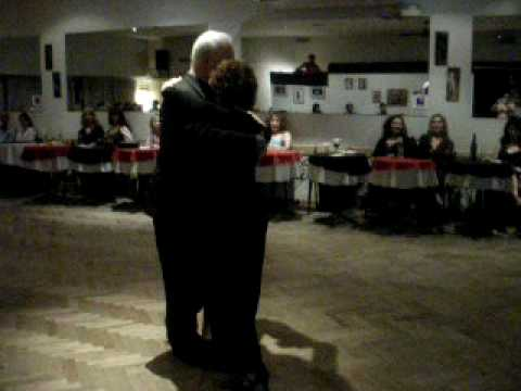 MILONGUEANDO EN  EL 40 - Tango bailado en fiesta.