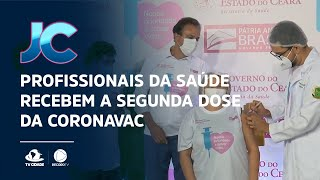 Profissionais da saúde recebem a segunda dose da CoronaVac