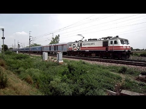 Baixar INDIAN SEMI BULLET TRAIN WITH WAP-5 NAVKIRTI RUSHES PAST AT 160 KMPH OVERTAKING PUNE DURONTO EXPRESS