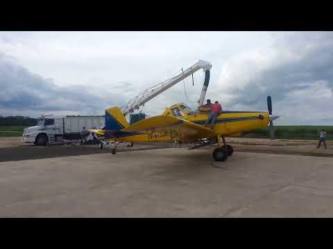 Cinta transportadora granelera Bec-Car F.35 cargando avión para fertilización aérea