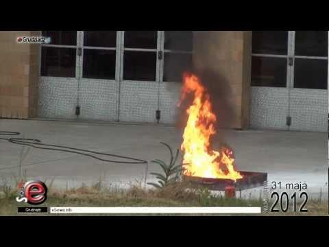 Ćwiczenia strażaków w gaszeniu ognia.