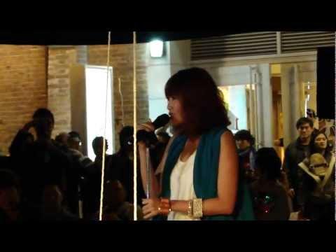 A-Lin 大大的擁抱 (先聲奪人神秘快閃-台北紅樓廣場) 2011.10.30