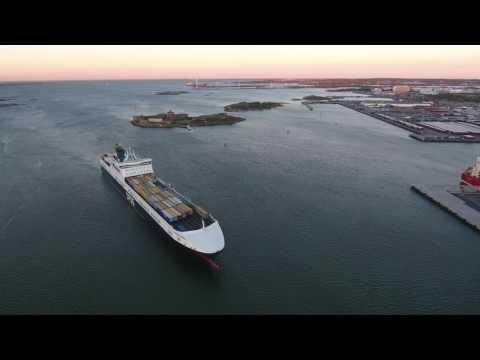 DFDS anlöper Göteborgs Hamn (textad)