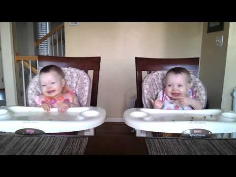 תאומות מתנונעות מצחיק