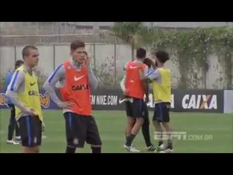 Irritado, zagueiro acerta soco em jovem da base em treino do Corinthians