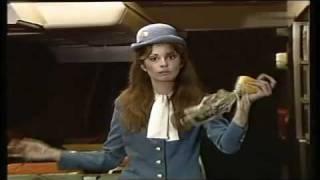 Stewardess gibt Sicherheitshinweise (1981)