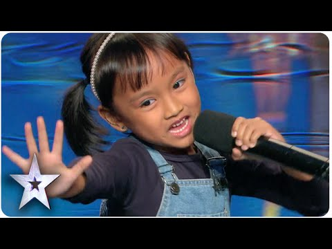 """6-Year-Old Cutie Filomena Covers """"I See The Light"""" 