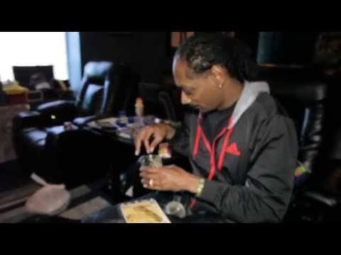 Snoop Dogg rollin up Kurupts MoonRock while playing unrealease song with Pharrell