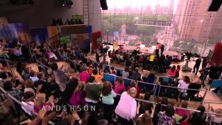 Anderson Welcomes Mom Gloria on Mother's Day Show