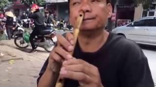 Nể phục người đàn ông thổi sáo bằng mũi