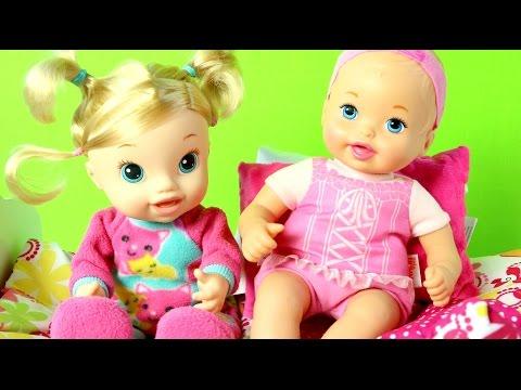 Little Mommy Baby Doll| Muñecas Little Mommy y Baby Alive Juegan en la Cama| Mundo de Juguetes