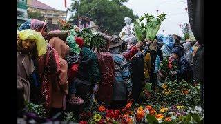 Biển người chen lấn dưới mưa tại chợ Viềng, Nam Định