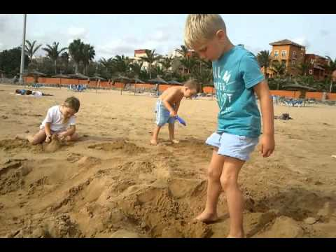 Am Strand Pinkeln