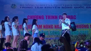 Lâm Chấn Khang và các Fan hâm mộ - Anh Khang bất ngờ bị 2 bạn nam ôm hôn