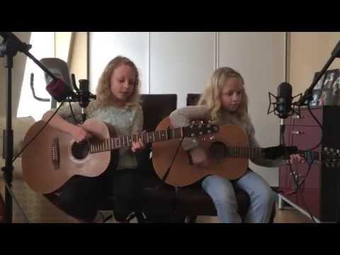 Ќe се воодушевите кога ќе слушнете како пеат овие близначки