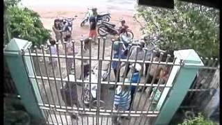 3 người phụ nữ chạy ra đóng cổng bắt tên trộm laptop ở xã Hàng Gòn, Thị xã Long Khánh, Tỉnh Đồng Nai