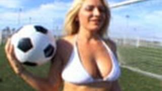Taren Hace sus Ejercicios -- Bikini.com Chicas del Futbol