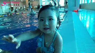Bé đi bơi ở bể bơi cực vui | Bé Sumi nghịch nước ở bể bơi 4 mùa | DẠY BÉ TẬP BƠI |