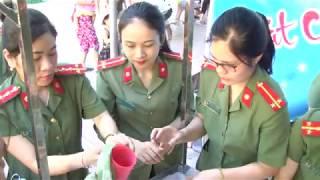 Công An tỉnh Nghệ An: Hoi phụ nữ phát cháo cho bệnh nhân nghèo