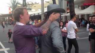 Prišao je uličnom zabavljaču i počeo da ga ismijava. Ono što je uslijedilo na 0:28 PAMTIĆE DOK JE ŽIV! (VIDEO)