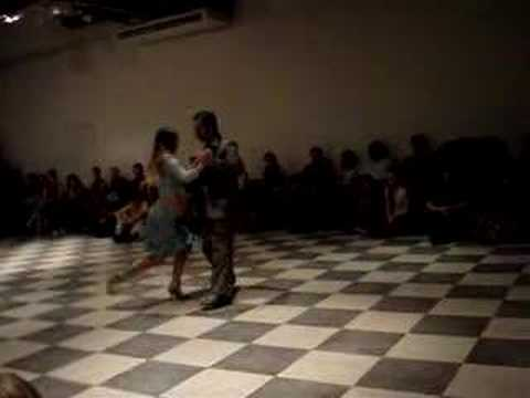 Damian and Nancy imrpovisan tango Pata Ancha