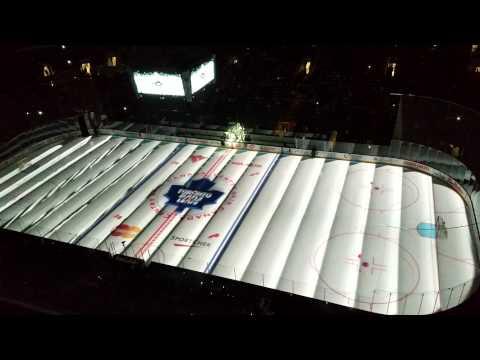 Што се случува на хокеарското игралиште во Торонто пред почетокот на мечот?