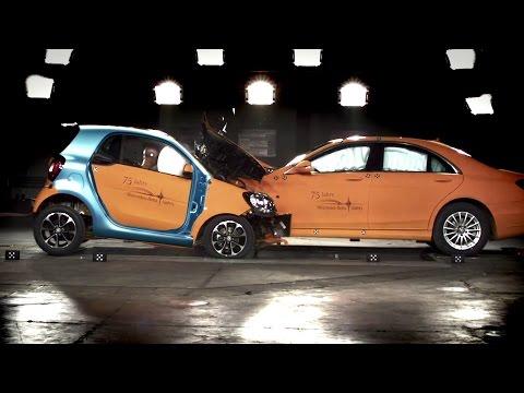 """Koncern Daimler - właściciel marek smart i Mercedes - udowadnia, że nowy fortwo jest twardy jak skała. W tym celu niemieccy inżynierowie przeprowadzili wewnętrzne testy zderzeniowe z udziałem znacznie większej klasy S. """"Znacznie"""" w tym przypadku oznacza ponad dwukrotną różnicę w masie własnej (1124 kg kontra 2304 kg). Zderzenie, które w każdym z aut objęło swoją powierzchnią połowę przedniego pasa, przeprowadzono z prędkością 50 km/h. Daimler podaje, że wykonana z wysokowytrzymałej stali struktura nadwozia smarta (tzw. tridion) w połączeniu z poduszkami powietrznymi (w tym poduszką kolanową kierowcy) zapewnia podróżującym """"wysokie szanse przeżycia"""". Na uwagę ma zasługiwać też poziom przeciążeń - """"znacznie niższy od dopuszczalnego"""". Tak czy inaczej warto poczekać na niezależną ocenę poziomu bezpieczeństwa nowego smarta, wystawioną przez organizację Euro NCAP (Europa) oraz instytut IIHS (USA). Nowy smart fortwo i forfour - INFORMACJE I ZDJĘCIA"""
