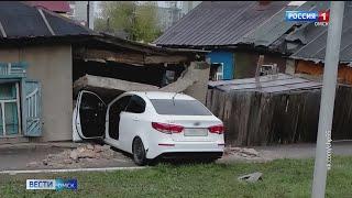 В Омске иномарка протаранила жилой дом