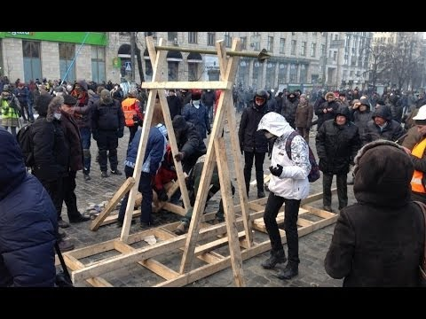 Angry Riots: Ukrainians set up catapult to fire at police