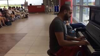 Ливанский музыкант играет на пианино в аэропорту Праги