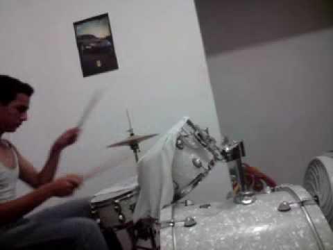 tocando bateria