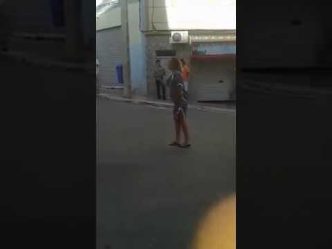 سائحة فرنسية غاضبة على رجال الأمن بسبب اختناق طفلها بالغاز المسيل للدموع