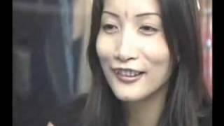 Gái già hướng dẫn gái trẻ cách đeo bao cao su bằng miệng