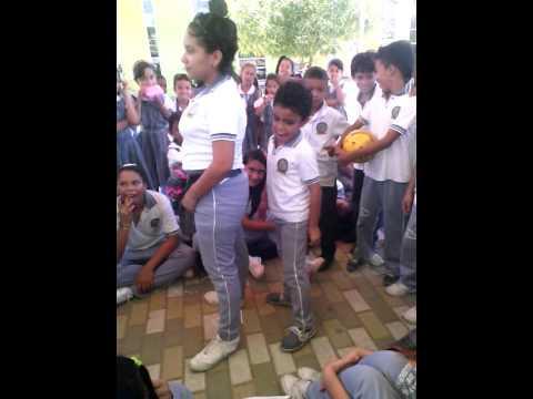 Niño baila reggaeton bacano