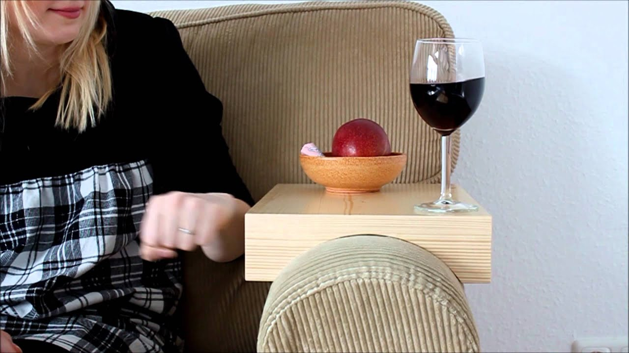 stresstest armlehnen tablett auf ikea sofa youtube. Black Bedroom Furniture Sets. Home Design Ideas