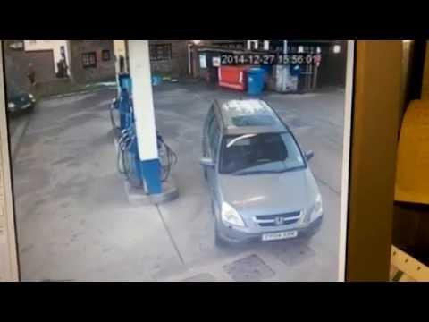 Логика нула: Жена на бензинска се обидува да застане со отворот за бензин до пумпата