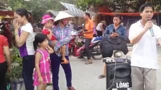 Cảm động trước hai vợ chồng người hat rong tại chợ Trịnh Xuyên