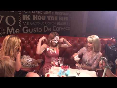 Видео блондинку в ресторане разбираюсь