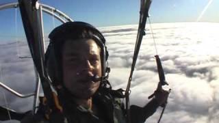 Paramoteur au dessus des nuages