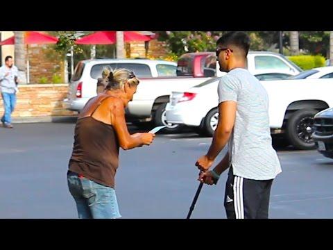 Слеп човек прашува непознати луѓе на улица дали добил на лотарија. Ливчето е добитно, а реакциите на луѓето се ШОКАНТНИ!
