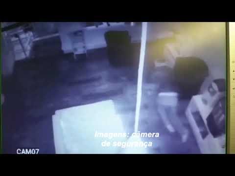 Imagens flagram ladrão arrombando salão em Marília