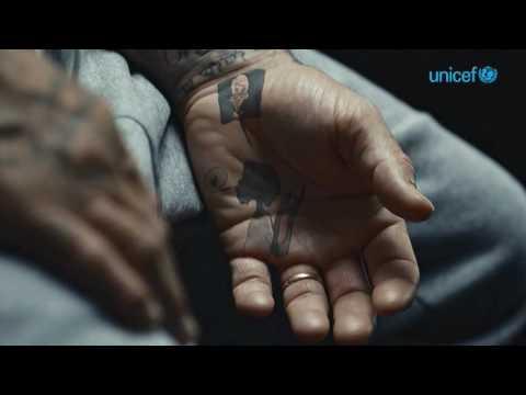 I tatuaggi di Beckham prendono vita contro la violenza sui bimbi