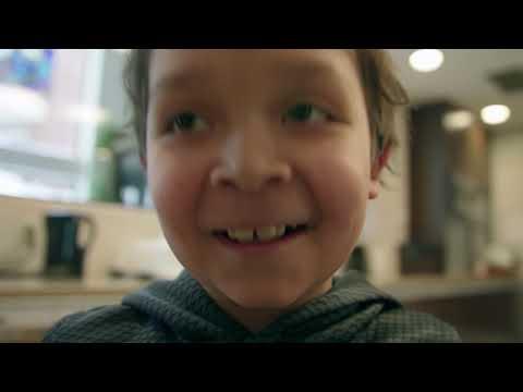 Vidéo : La chorale communautaire Choir!Choir!Choir! se joint aux familles de l'OMRM pour remercier les Canadiens de leur grande générosité qui se manifeste toute l'année dans les restaurants McDonald's. Cette année, la générosité des Canadiens a permis à plus de 25 000 familles de demeurer auprès de leur enfant malade.