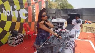 DJ SHIREEN playing LIVE  Her TAMMA TAMMA Mix for the 1st time . #djshireen