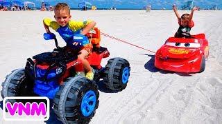 Nikita cưỡi trên đồ chơi xe đua và mắc kẹt trong cát