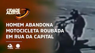 Homem abandona motocicleta roubada em rua da capital